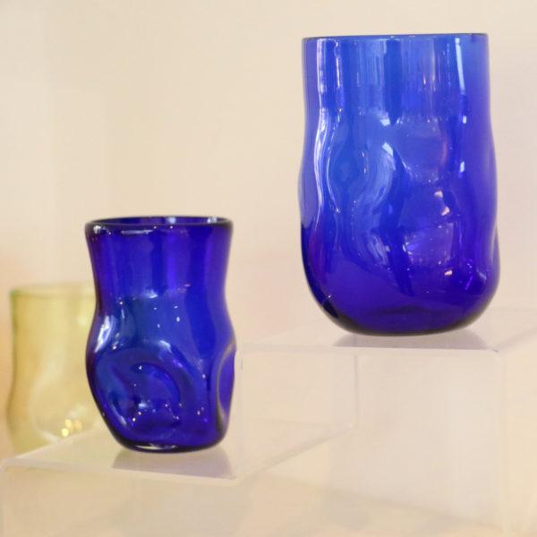 gobelet cabossé en verre soufflé bleu