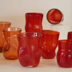 gobelet cabossé en verre soufflé rouge orange