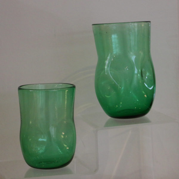 gobelet cabossé en verre soufflé vert